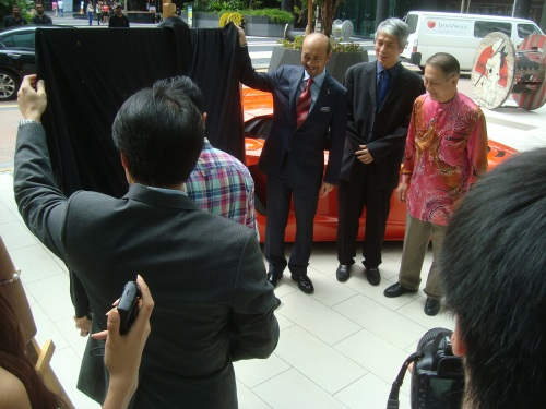 Dato' Paduka Mukhriz bin Tun Dr. Mahathir unveiling the portrait of Lamborghini Aventador by Gustavo Charif